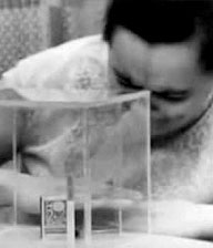 Fotogramma di un filmato in cui la Kulagina tenta di muovere oggetti contenuti in un cubo di plexiglass